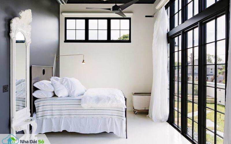 Phòng ngủ chính hướng tầm nhìn ra sân hiên ngoài trời