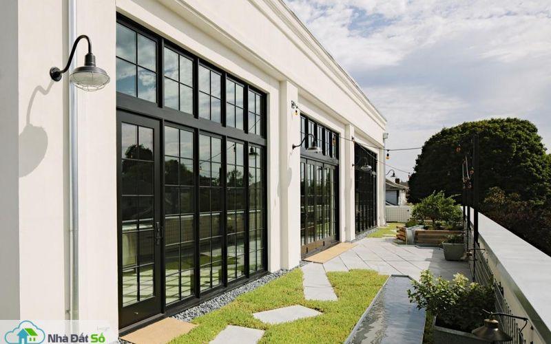 Để ngôi nhà trở nên gần gũi với thiên nhiên, kiến trúc sư đã lát gạch kết hợp cỏ xanh tại khu vực hiên ngoài trời