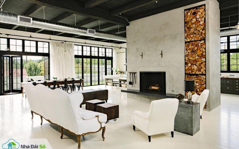 Lò sưởi lớn được đặt vị trí trung tâm phòng khách. Sàn nhà làm từ gỗ linh sam Douglas sơn màu trắng kem nhẹ nhàng.