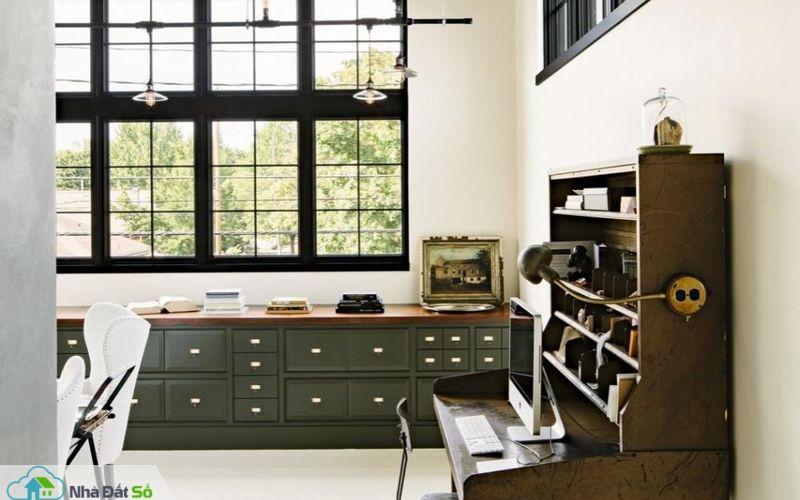 Bàn làm việc được thiết kế theo phong cách cổ điển mang lại không gian yên tĩnh