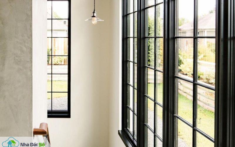 Khu vực cầu thang lên xuống có bố trí đèn thả ánh sáng vàng giúp chủ nhà dễ dàng di chuyển