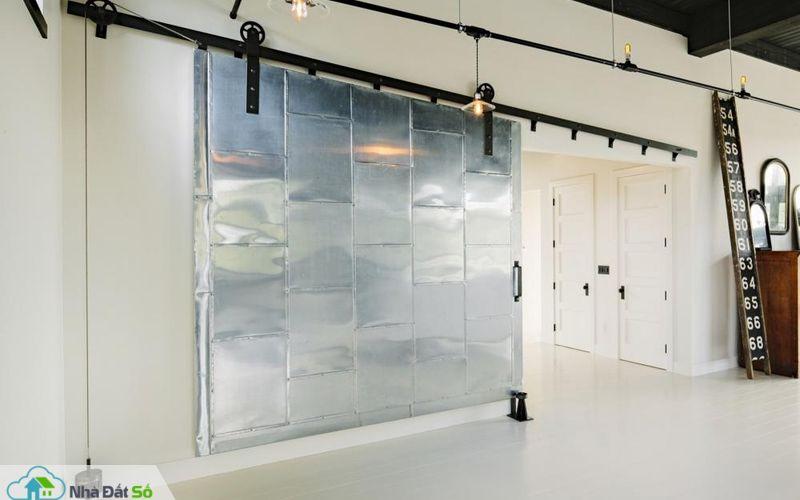 Cửa trượt điều khiển bởi hệ thống ròng rọc, phân chia không gian sinh hoạt chung với phòng ngủ